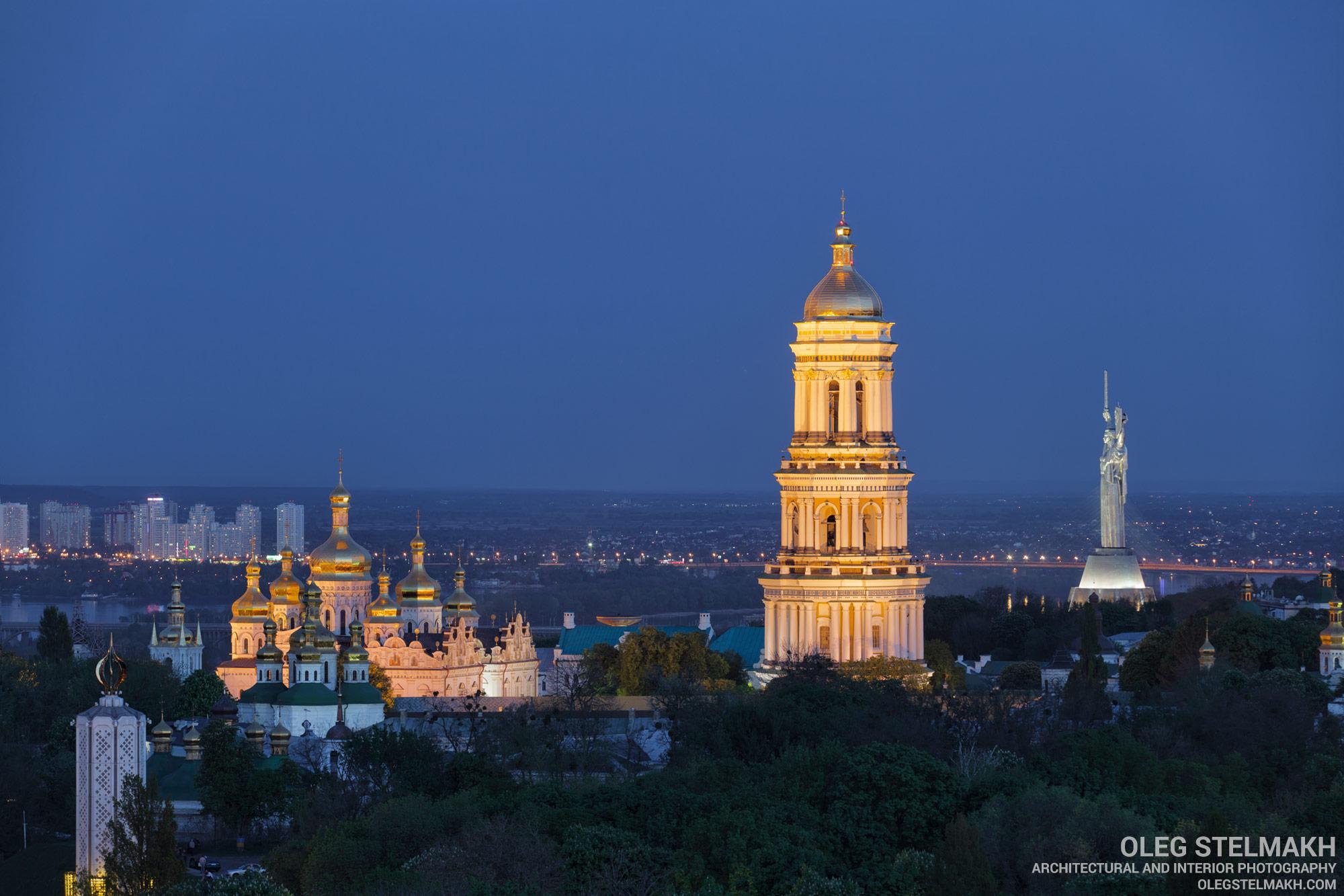 Киево-Печерская лавра и монумент Родина-Мать на закате