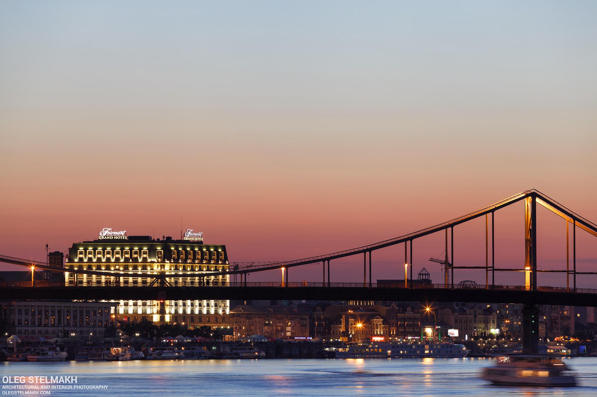 Вечерний Киев. Пешеходный мост и Подол